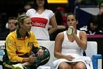 Jarmila Gajdošová (vpravo) a kapitánka Austrálie Alicia Moliková v prvním kole Fed Cupu proti České republice.