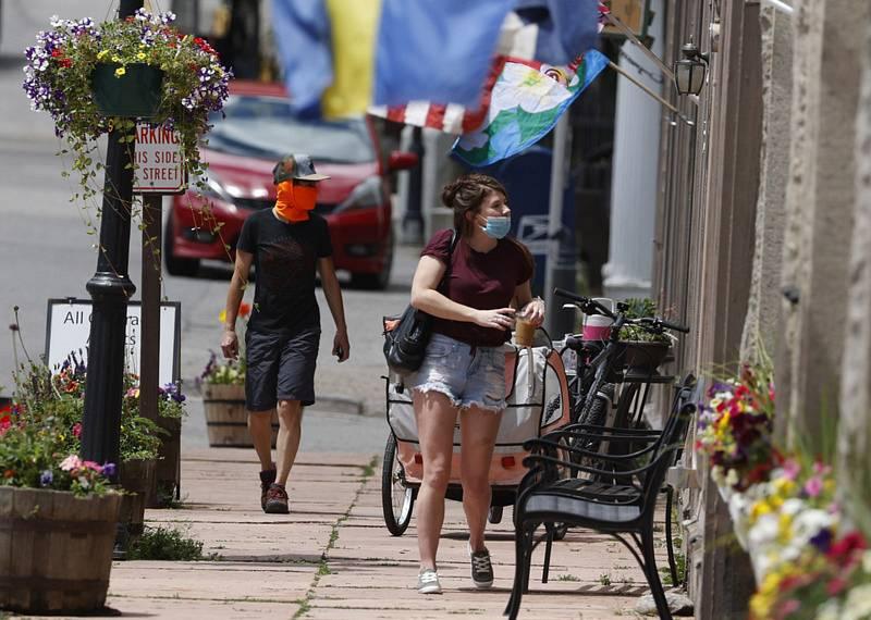 Lidé s rouškami na ulici turisty navštěvovaného  horského města Georgetown v americkém státě Colorado