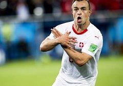 Xherdan Shaqiri slaví branku do sítě Srbů.