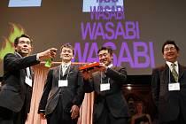 Ig Nobelovu cenu za fyziku pak získali japonští vědci, a to za výzkum tření mezi podrážkou boty a banánovou slupkou a banánovou slupkou a podlahou. Měřili tak míru rizika uklouznutí.