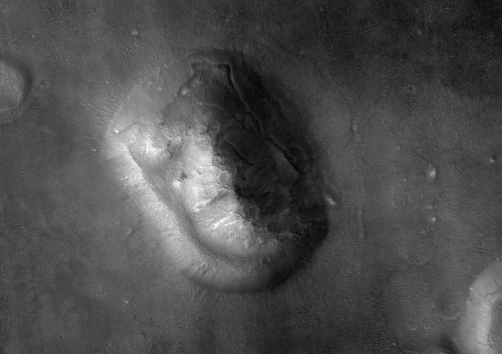 Pozdější fotografie ve větším rozlišení ukázaly, co vědci předpokládali od začátku: jde jen o geologický útvar