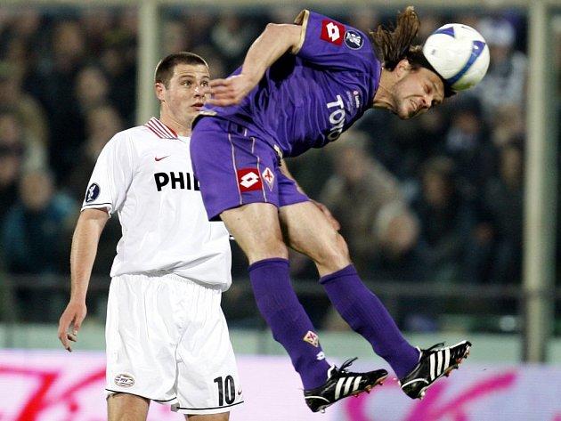 Tomáš Ujfaluši (Fiorentina) hlavičkuje před Koevermansem z Eindhovenu.