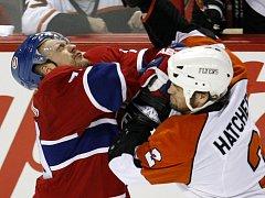 Další tvrdý souboj v utkání Montreal - Philadelphia. V tomto si to rozdali Andrej Markov (vlevo) a Derian Hatcher.