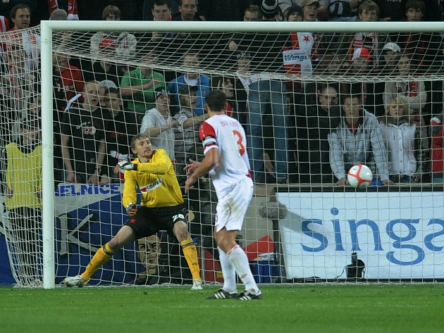 Martin Vaniak se otáčí za míčem, který za chvíli skončí v jeho síti. Slavia podlehla v Edenu anglickému mužstvu Aston Villa 0:1 ve skupině poháru UEFA