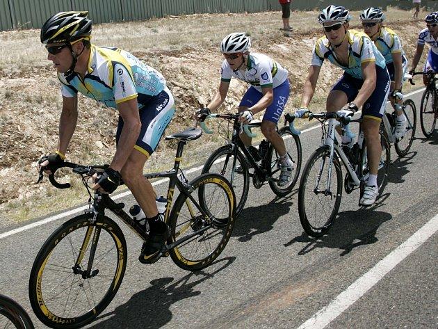 Lance Armstrong (vlevo) hájí v Austrálii v etapovém závodě Tour Down Under barvy stáje Astana.