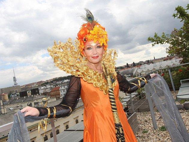 Muzikál Kapka medu pro Verunku, kostýmová zkouška: KRÁLOVNA přírodních sil, zvaná též Kapeska. Jedna z titulních rolí bude patřit zpěvačce Báře Basikové.