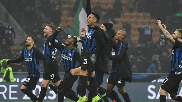 Fotbalisté Interu Milán slaví vítězství po zápase proti Neapoli
