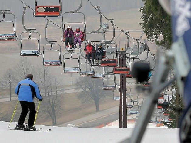 Sjezdovky hlásí stále dobré podmínky, lyžování už ale tolik netáhne