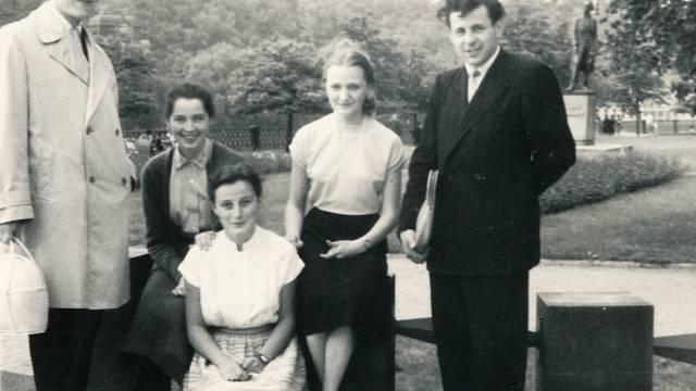 Jiřina Čechová (druhá zprava) v roce 1960 jako studentka FF UK