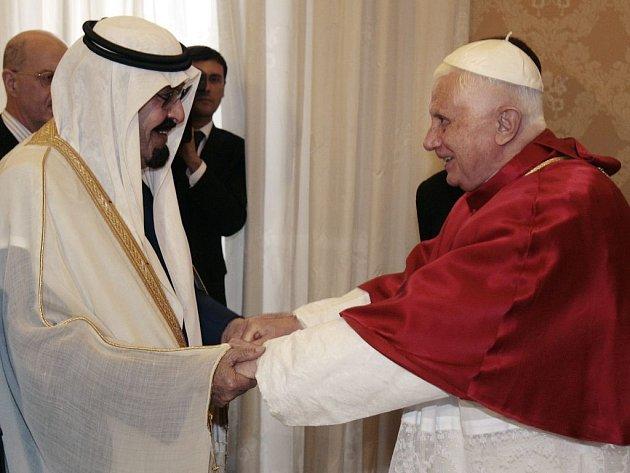 Král Abdullah (vlevo) se ve Vatikánu sešel s papežem Benediktem XVI.