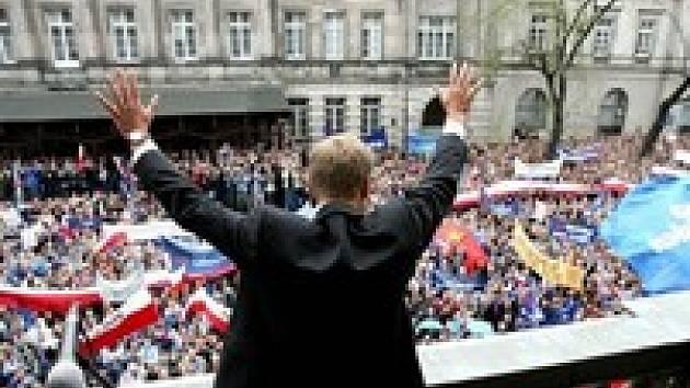Předseda opoziční Občanské platformy Donald Tusk zdraví své příznivce na loňské demonstraci