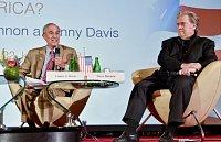 Bývalý strategický poradce amerického republikánského prezidenta Donalda Trumpa Steve Bannon (vpravo) a někdejší zvláštní poradce Bílého domu spojený s demokraty Lanny Davis debatovali 22. května 2018 na pražském Žofíně o aktuální situaci v USA.