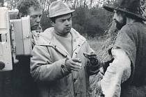 Chvilka soustředění, než padne další klapka filmu Čest a sláva. Na snímku Rudolf Hrušínský, Hynek Bočan a Josef Kemr.