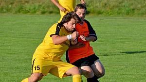 Fotbalisté SK Bolešiny (ve žlutém) neuhnou z žádného souboje. Ctí ale i vyšší hodnoty.