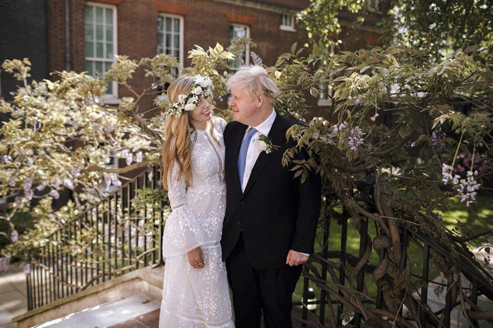 Britský premiér Boris Johnson a jeho manželka Carrie (dříve Symondsová) po svatebním obřadu, který se odehrál 29. května 2021. Snímek poskytl úřad britského premiéra.