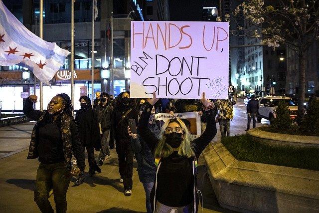 Policie v Chicagu zastřelila 13letého kluka. Lidé vyšli do ulic demonstrovat.