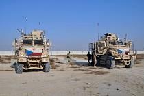 Čeští vojáci a jejich obrněná vozidla na základně v afghánském Bagrámu - ilustrační foto