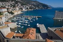 Téměř liduprázdné chorvatské město Dubrovník na snímku z 17. března 2020