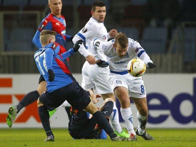 Dinamo Minsk - Viktoria Plzeň. Patrik Hrošovský s Gleb Rassadkin.