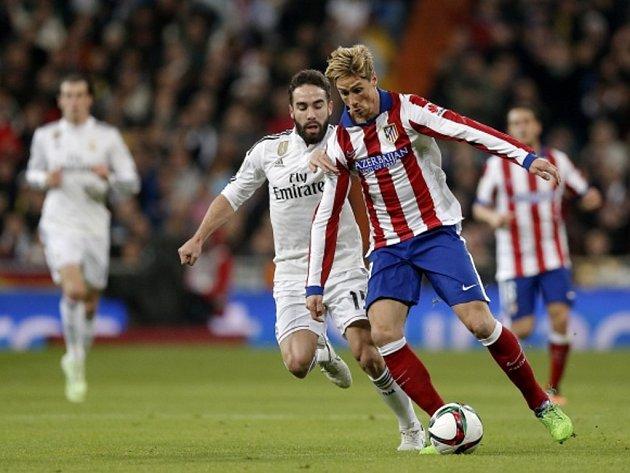 Fernando Torres z Atlétika Madrid (vpravo) a Daniel Carvajal z Realu.