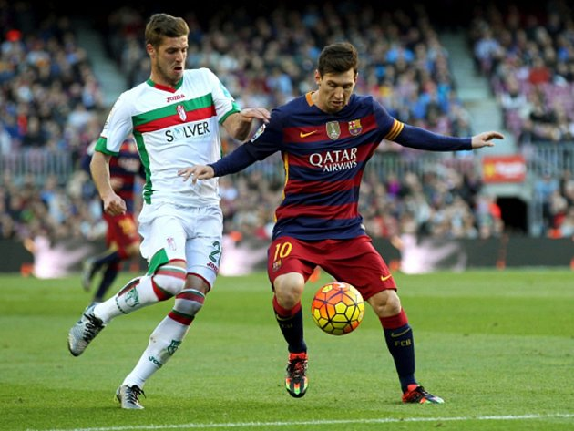 Kanonýr Barcelony Lionel Messi (vpravo) sestřelil hattrickem Granadu.