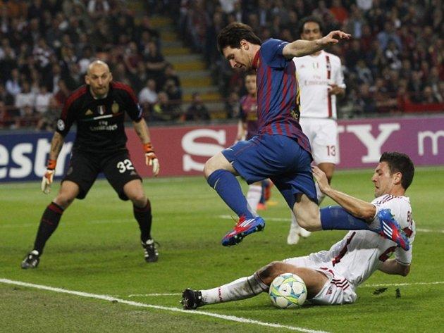 Kanonýr Barcelony Lionel Messi se snaží prosadit proti AC Milán.