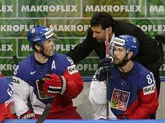 Trenér Vladimír Růžička (uprostřed) se na střídačce radí s Jaromírem Jágrem (vlevo) a Michalem Vondrkou.