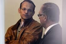 Zpravodajec vojenské tajné služby Jan Pohůnek (vlevo) dorazil k výslechu v kauze někdejší šéfky kabinetu expremiéra Petra Nečase (ODS) Jany Nagyové.