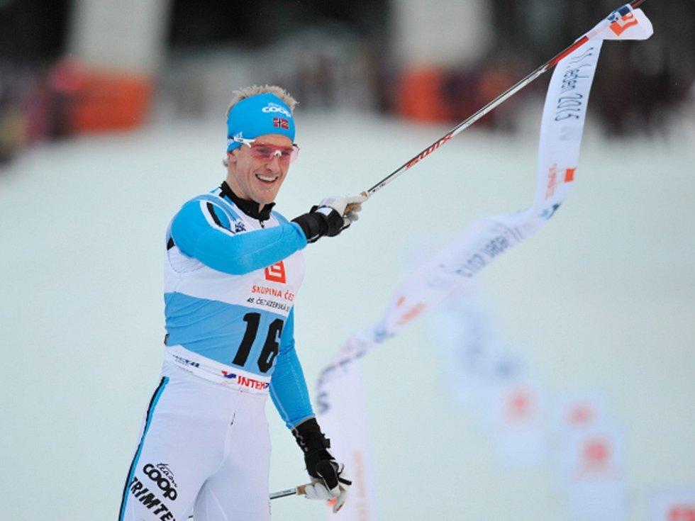 Morten Eide Pedersen se raduje z triumfu na Jizerské padesátce.