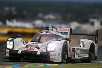 Jezdci Porsche Nico Hülkenberg, Earl Bamber a Nick Tandy vyhráli slavný závod v Le Mans.