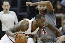 LeBron James z Clevelandu (vlevo) a Derrick Rose z Chicaga.