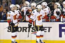 Hokejisté Calgary Sam Bennett (vlevo) a Michael Frolík se radují z gólu.