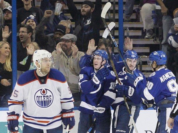 Ondřej Palát (druhý zleva) slaví se svými spoluhráči gól v síti Edmontonu.