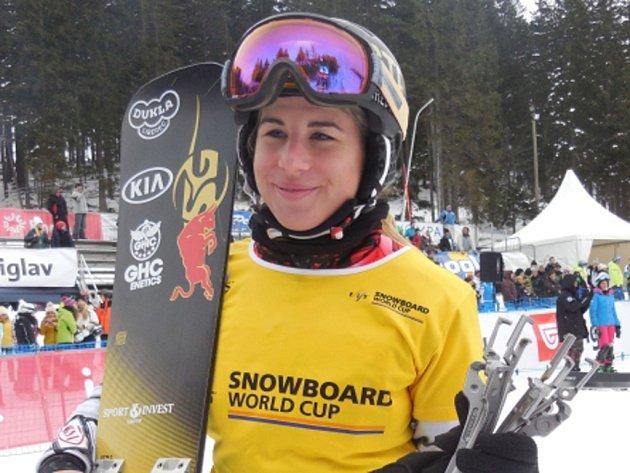 Ester Ledecká s trofejí pro vítězku paralelního obřího slalomu v Rogle.