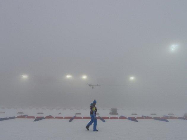 Mlha opět nepustila biatlonisty na start.
