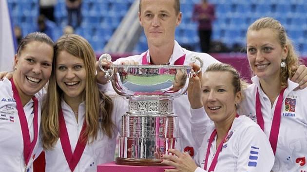 České tenistky (zleva) Lucie Hradecká, Lucie Šafářová, Květa Peschkeová a Petra Kvitová vyhrály pod vedením kapitána Petra Pály Fed Cup.