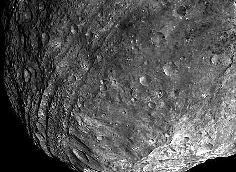 Sonda Dawn poslala první detailní snímky planetky Vesta