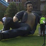 V Londýně se objevila obří socha Jeffa Goldbluma, připomínající Jurský park