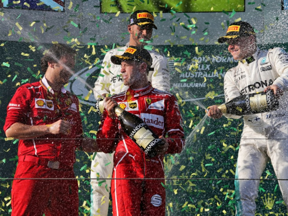 Sebastian Vettel (uprostřed) a jeho vítězná sprcha.