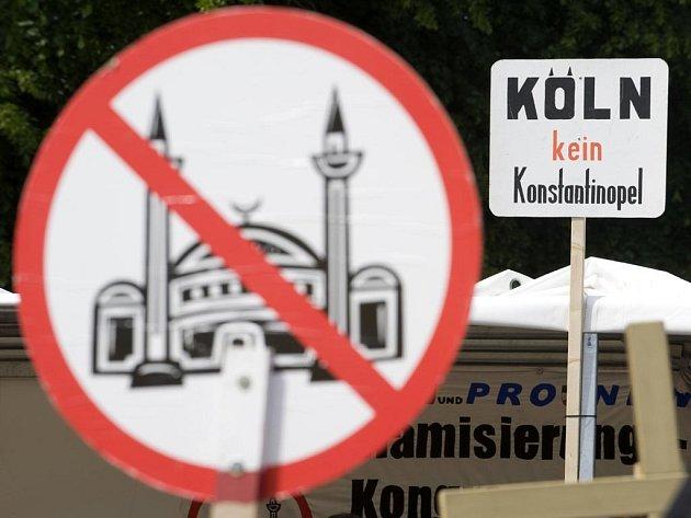 Příznivci krajní pravice protestovali proti muslimům v Německu a plánované kolínské mešitě