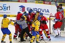 Čeští hokejisté (v červeném) proti Švédsku na turnaji Karjala.