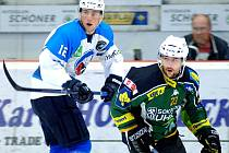 Hokejisté Plzně (v bílém) proti Karlovým Varům.