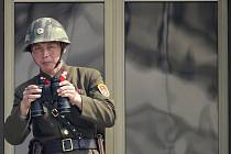 Severokorejský voják hlídkuje v demilitarozované zóně na hranici KLDR a Jižní Koreje. Ilustrační snímek