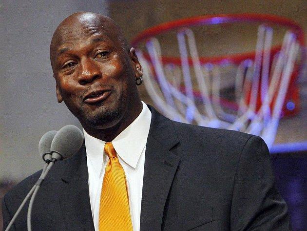 Michael Jordan hovoří při uvedení do Síně slávy NBA.