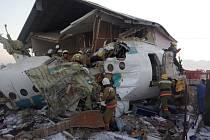 V kazašském Almaty se krátce po startu zřítilo letadlo se stovkou lidí na palubě. Narazilo do domu.