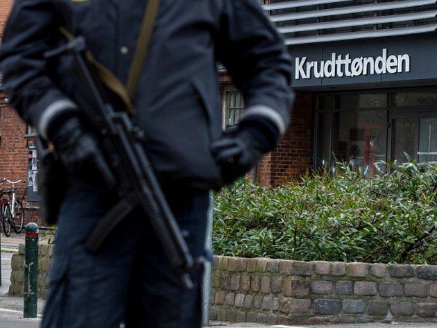 Před kavárnou v dánské metropoli Kodani, která byla v sobotu během debaty o svobodě slova terčem střelby, byl dnes nalezen podezřelý balíček.