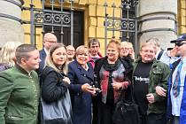 Ředitelka Ivanka Kohoutová (v modrém kabátu) se svými studenty a podporovateli.