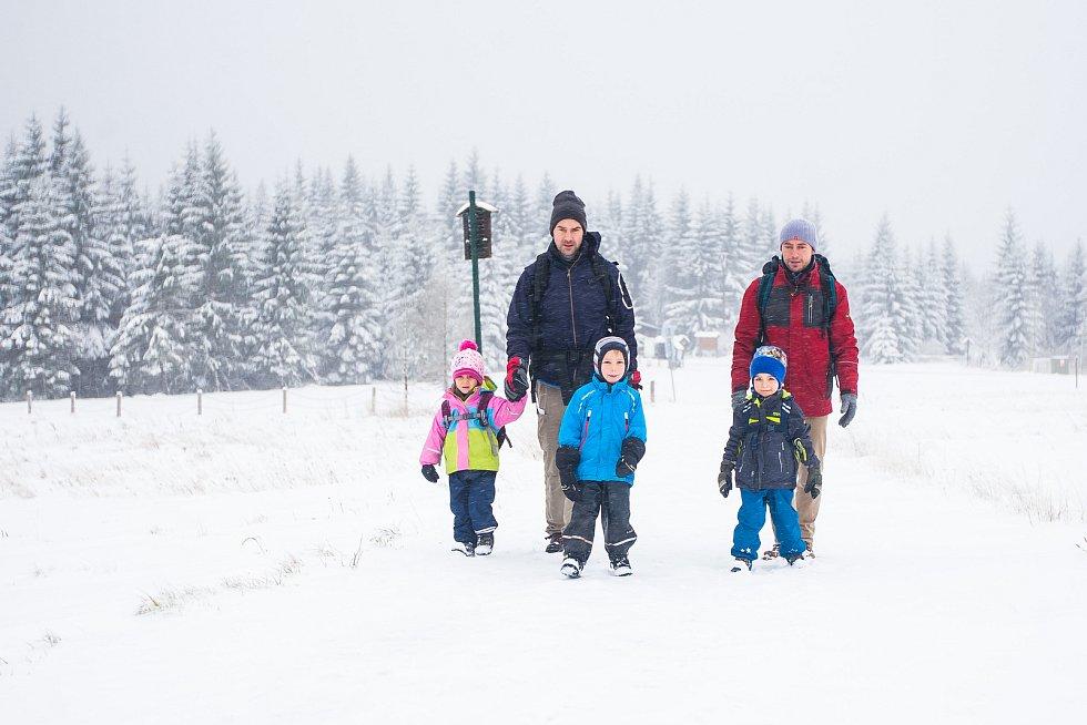 Sněhová nadílka pokryla v noci z 12. na 13. listopadu Jablonecko. Na snímku jsou turisté u osady Jizerka.