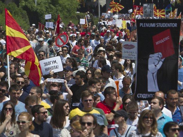 Více než 10.000 demonstrantů dnes v centru Skopje podle agentury AFP požadovalo odstoupení vlády premiéra Nikoly Gruevského.