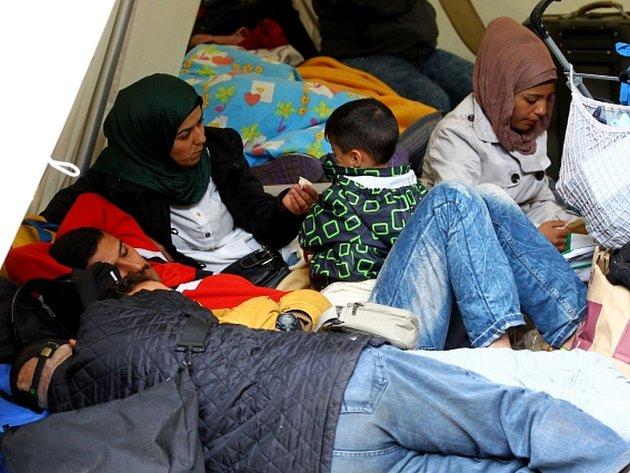 Evropská komise příští týden navrhne, aby ostatní země Evropské unie převzaly dalších 120.000 uprchlíků z Itálie, Řecka a Maďarska, které jsou silně zasažené migrační krizí.